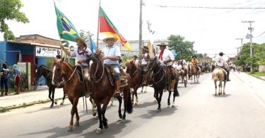 Cavalgada percorreu as ruas do bairro arrecadando alimentos
