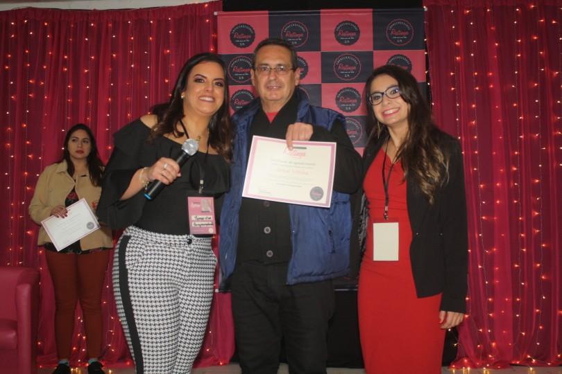 Durante o 2º encontro, apoiadores e patrocinadores foram agraciados com um certificado. Valtencir Cruz do Jornal Vitrine recebeu o agradecimento por apoiar o projeto desde o início. À esquerda da foto, Jaqueline Fraga e à direita, Sheila Brambila
