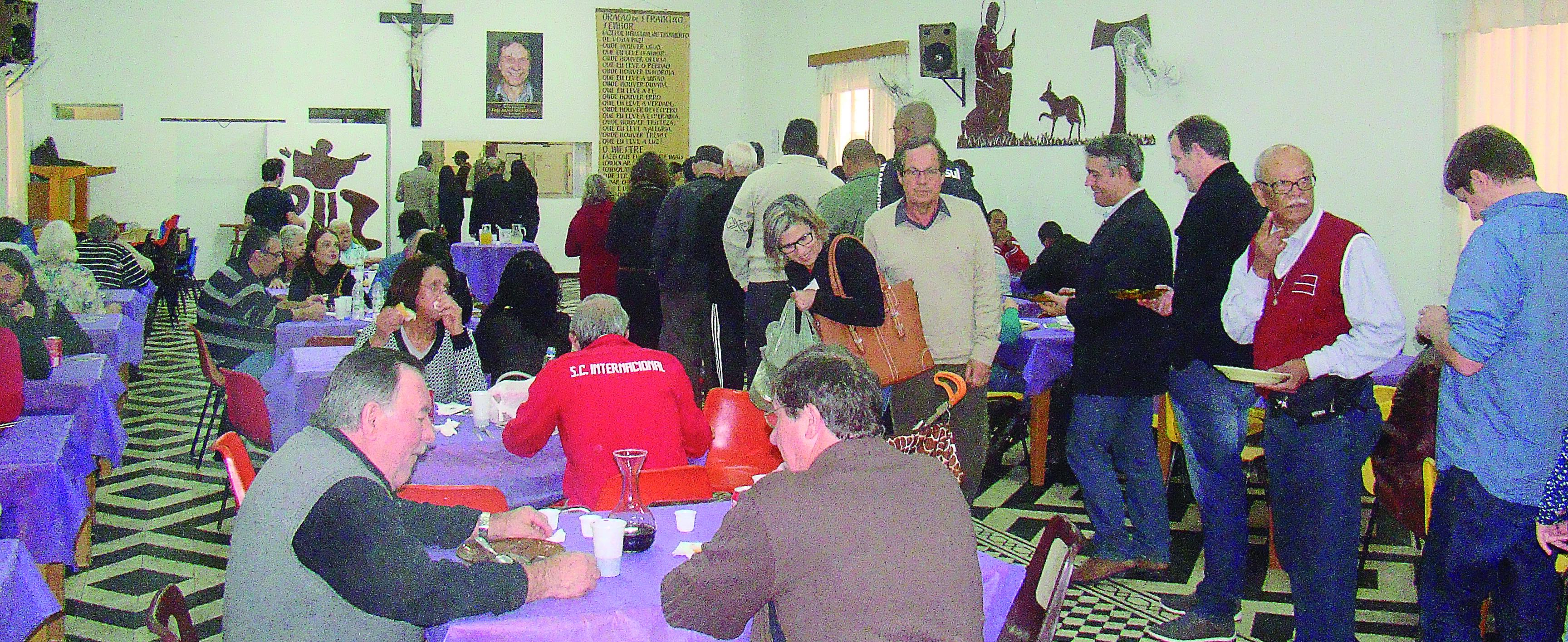 Salão cheio de pessoas que ajudaram a entidade e de quebra comeram uma deliciosa feijoada