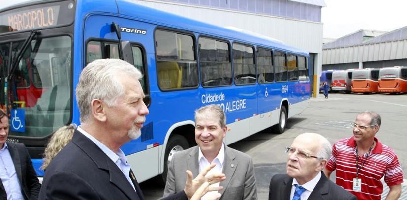Porto Alegre, RS - 06/01/2016 Prefeito José Fortunati vistoria novos ônibus da Carris  Local: Unidade da Marcopolo S.A.  Foto: Ivo Gonçalves/PMPA