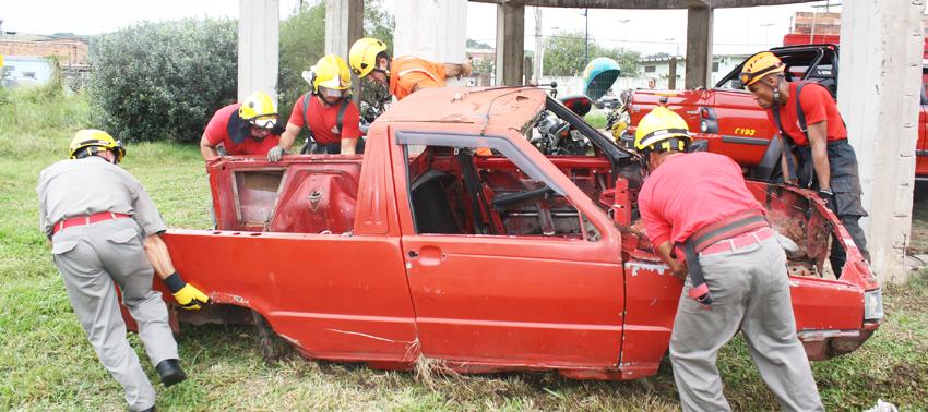 Fotos: Valtencir Cruz Veículos foram utilizados para simular uma situação de resgate